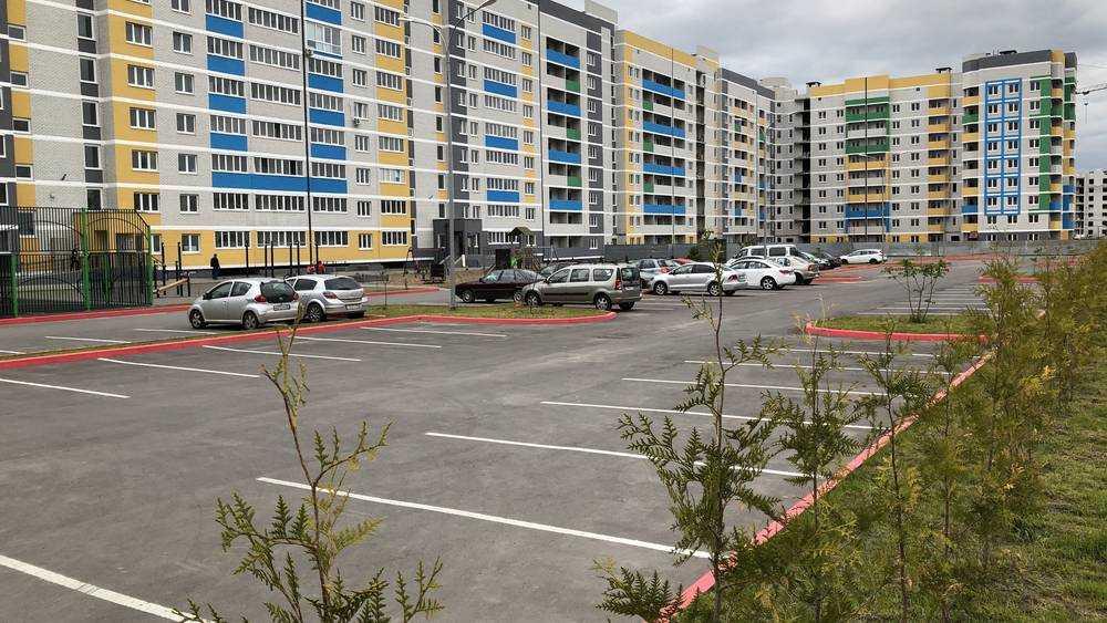 В Брянске появилась первая просторная стоянка возле многоэтажки