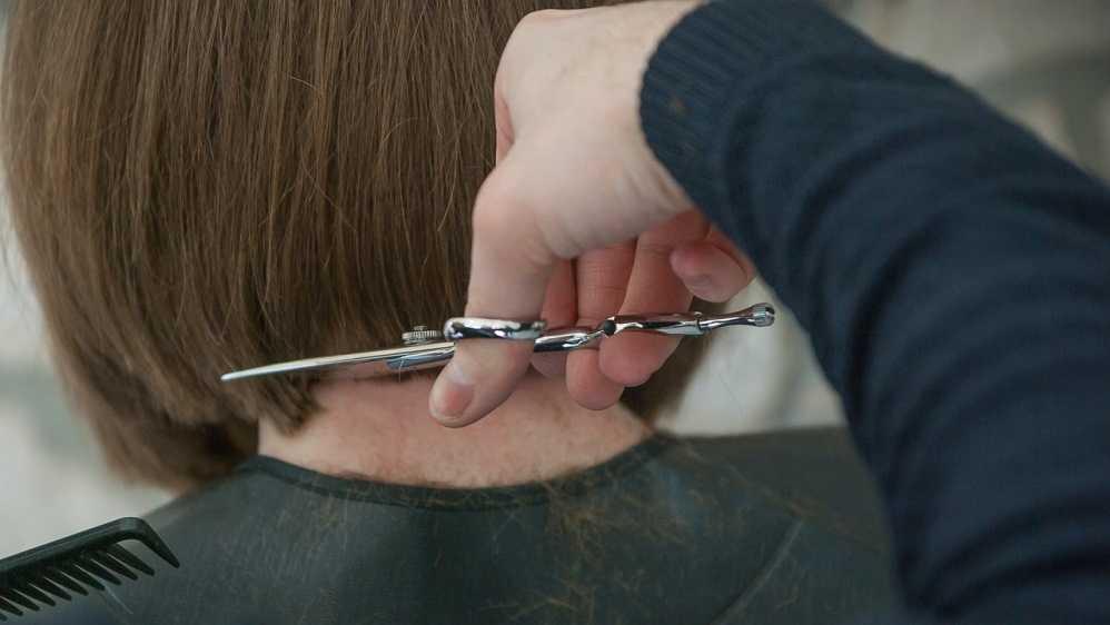 Жители Брянска на улицах и в гаражах открыли парикмахерские
