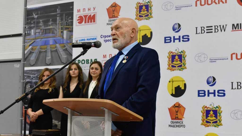 Президент наградил главу брянской фабрики Юрия Бондарева медалью