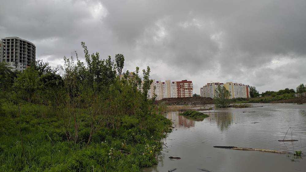В Брянске на улице Романа Брянского возникло большое озеро