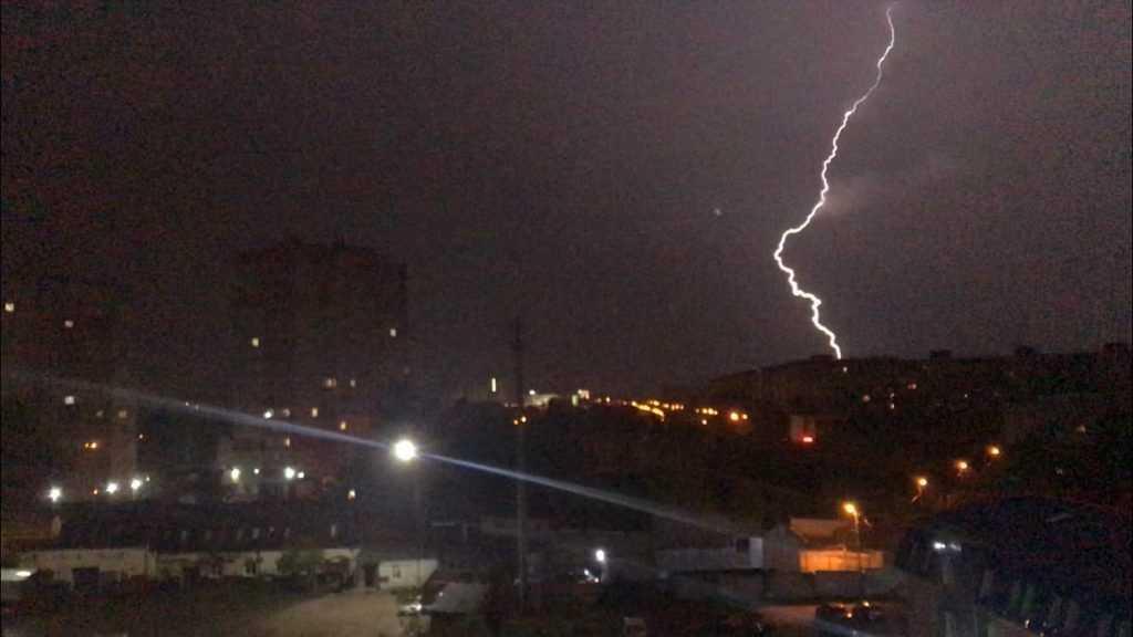 В Брянске молния попала в многоэтажку на проспекте Станке Димитрова