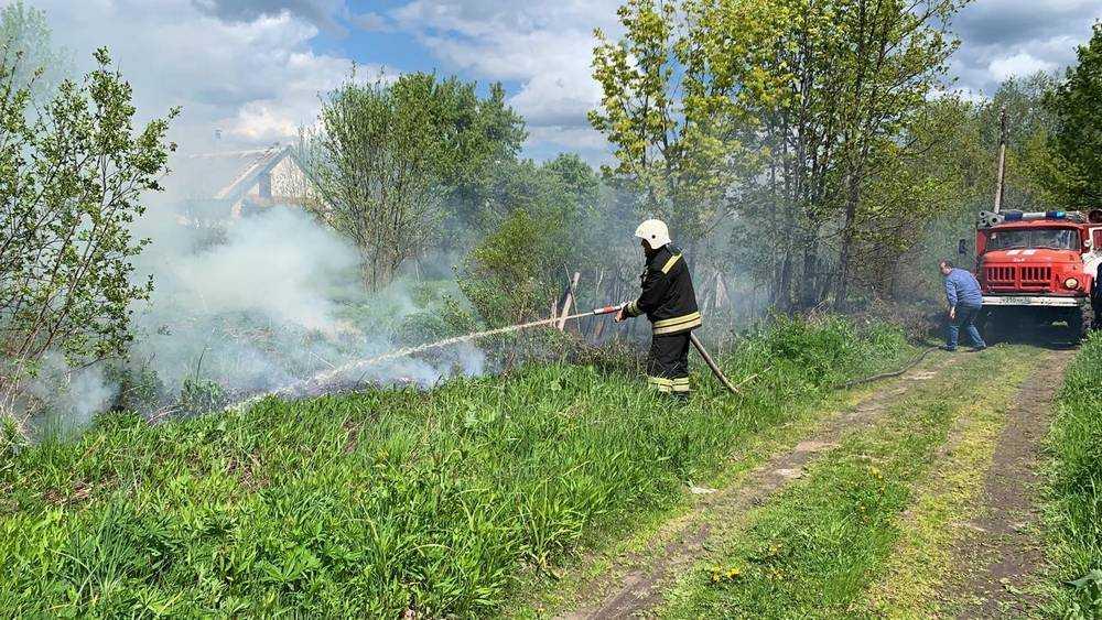 В брянском поселке из-за короткого замыкания вспыхнули трава и забор