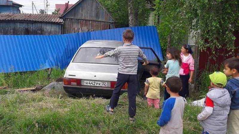 В Брянске врезалась в забор машина цыган
