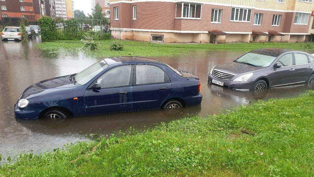 В Брянске после ливня на проспекте Станке Дмитрова утонули автомобили