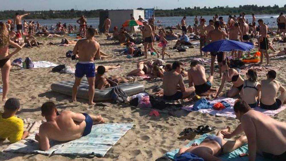 Пляж озера Орлик заполонили тысячи жителей Брянска