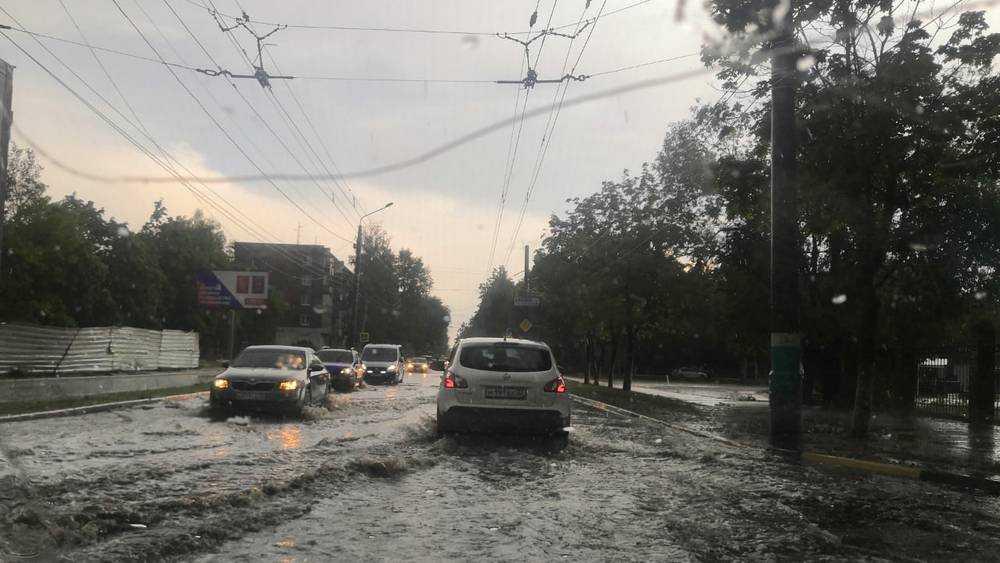 В Брянске после грозы дороги превратились в горные реки
