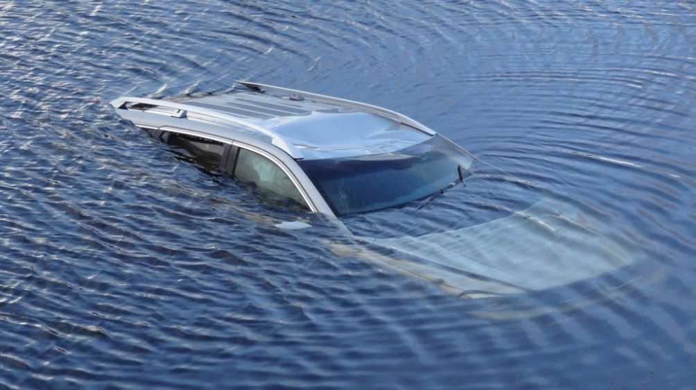 В Трубчевске Брянской области автомобиль съехал в озеро и утонул