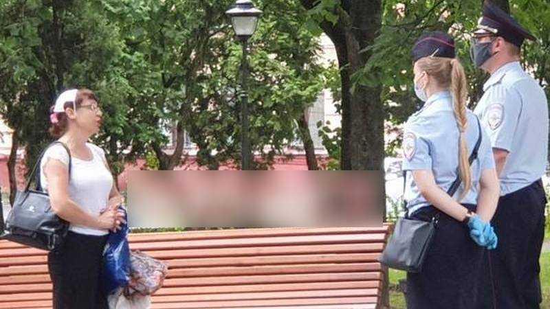 В Брянске дама демонстративно нацепила маску на голову перед полицией