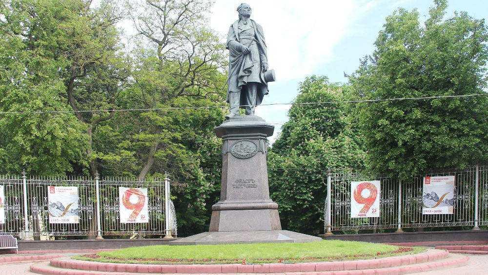 В Брянске возложили цветы к памятнику Тютчеву