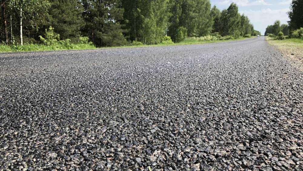 В Брянской области гении битума соорудили шрапнелевую дорогу