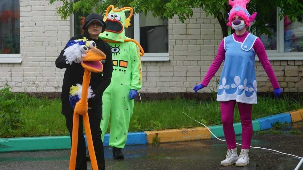 Артисты Брянского театра кукол поздравили маленьких пациентовоблбольницы с Днём защиты детей