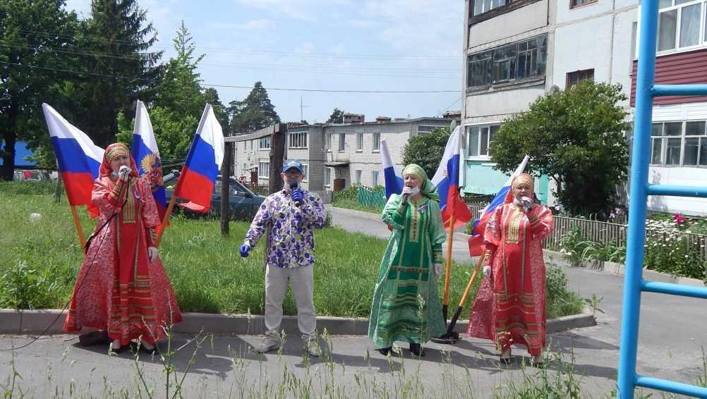 В Локте брянцы в День России исполнили гимн страны и песни о родине