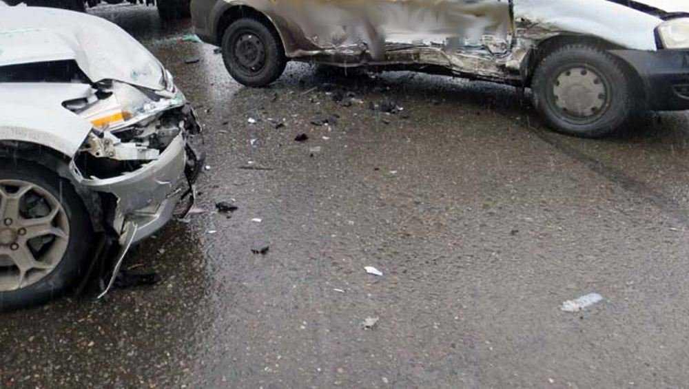 Под Клинцами пострадал пассажир одной из столкнувшихся легковушек
