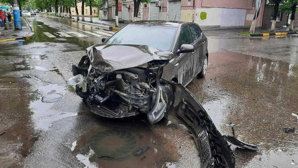 В Брянске возле Володарского рынка столкнулись две иномарки