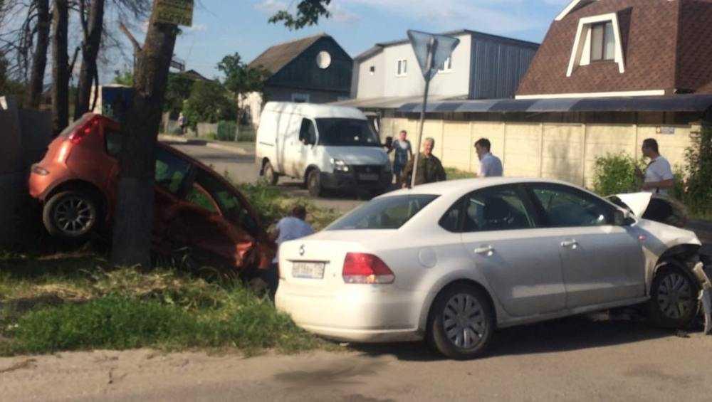 В Брянске на Кромской не поделили дорогу две легковушки