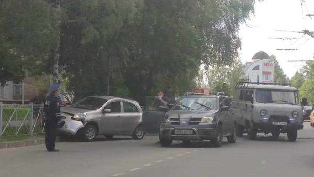 В Брянске на улице Костычева столкнулись три автомобиля