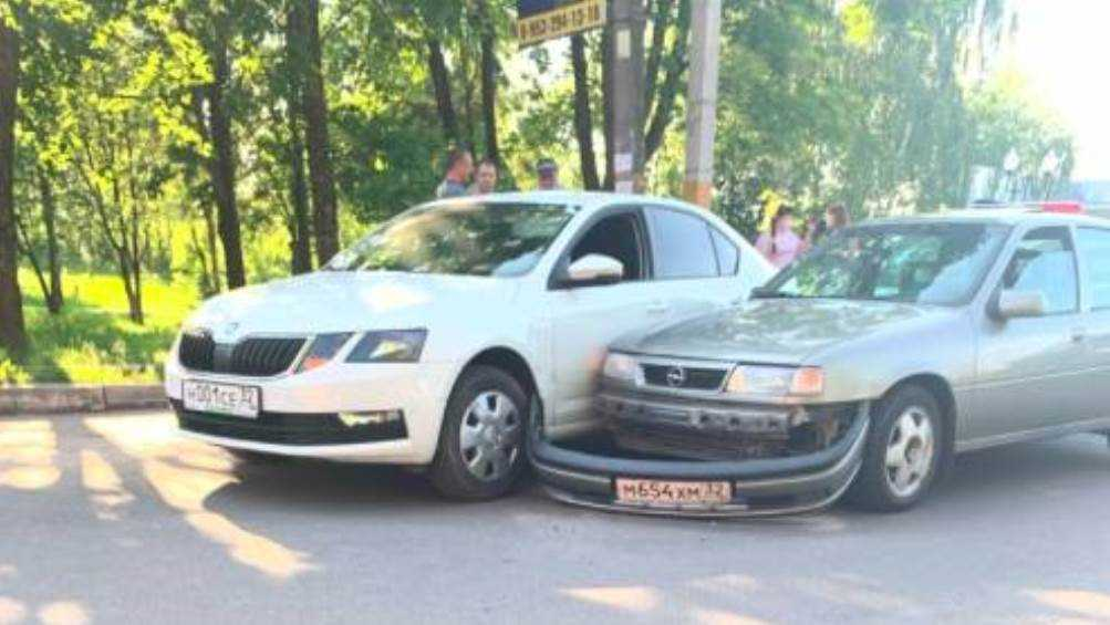Под Брянском в Путёвке не поделили дорогу две легковушки