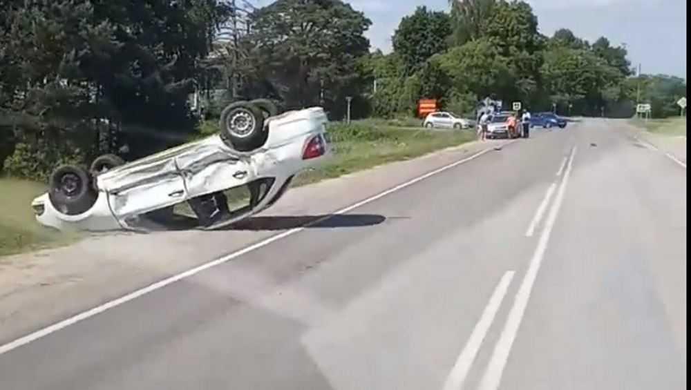 Под Жуковкой на дороге перевернулась легковушка