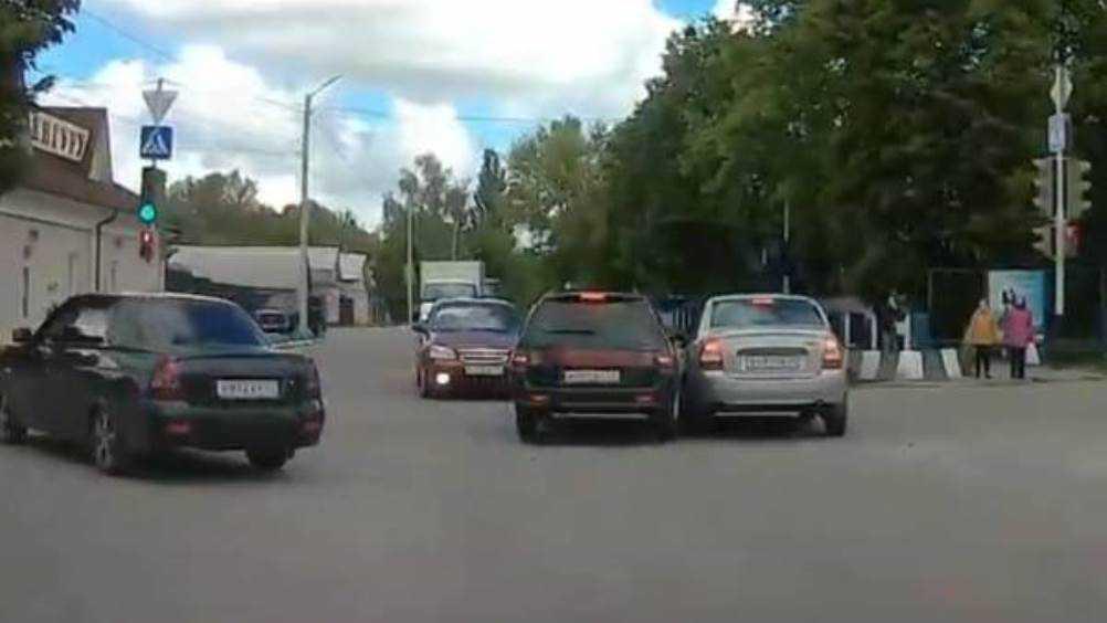 В  Новозыбкове два автомобиля не поделили дорогу на перекрёстке