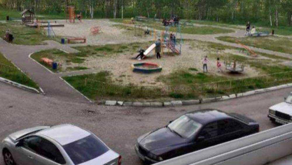 В Брянске на девушку напали из-за фото людей без масок во дворе