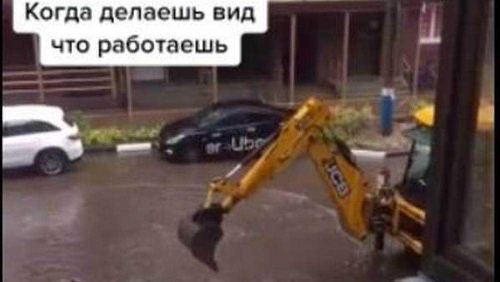 Брянский экскаваторщик из-за лужи стал звездой интернета