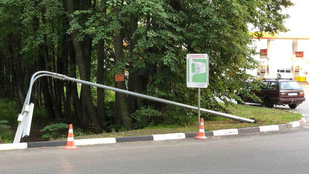 В Брянске возле АЗС «Шелл» рухнул фонарь