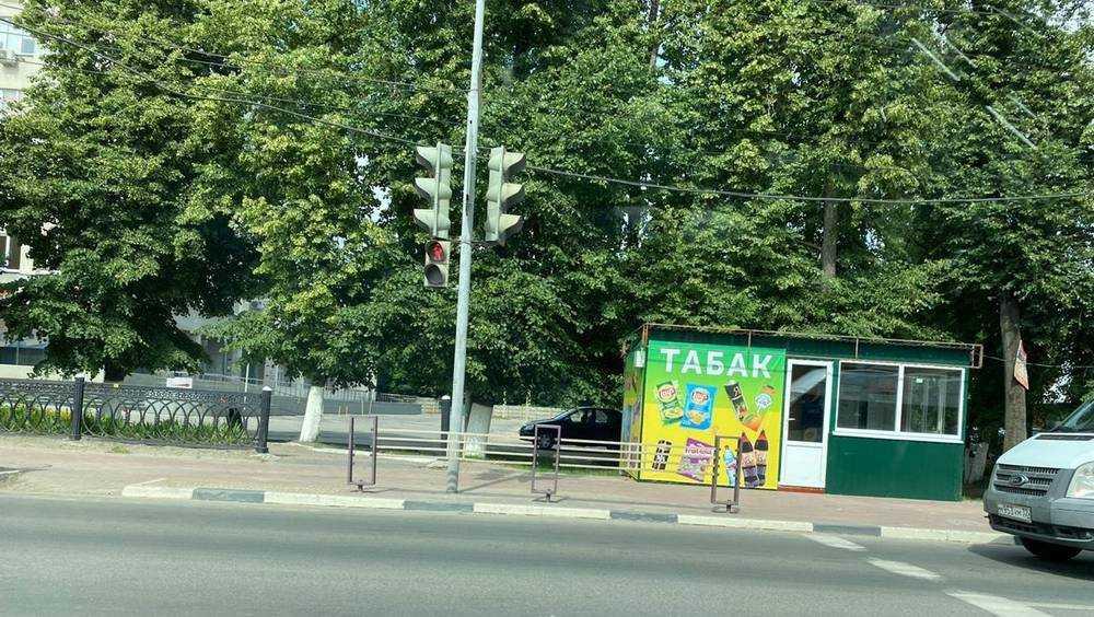 В Брянске загадочный бизнесмен начал устанавливать табачные киоски