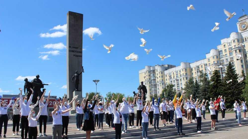 Брянцы выпустили в небо 40 белых голубей и исполнили песни Победы