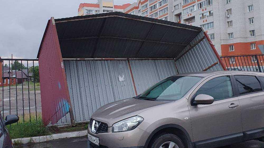 В Брянске ураганный ветер вырвал из бетона навес