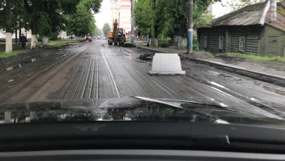 В Брянске срезали разбитый асфальт на участке дороги по улице Фокина