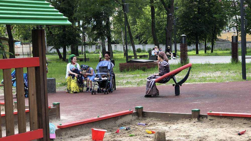 Жители Брянска после отмены самоизоляции вышли в парки и скверы