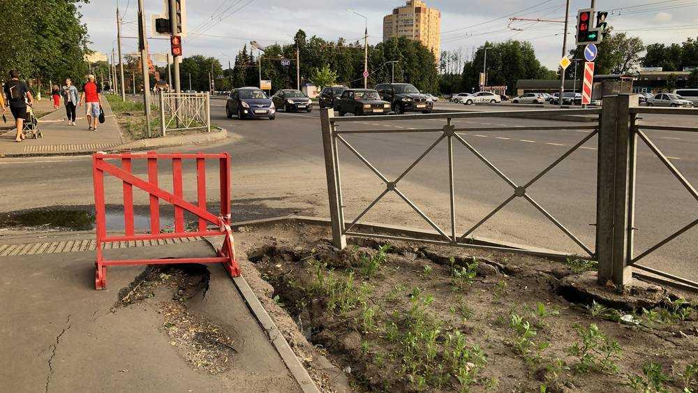 В Брянске провалился новый тротуар на Авиационной улице
