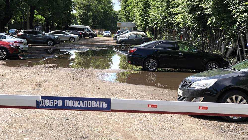 В Брянске затопило платную автостоянку