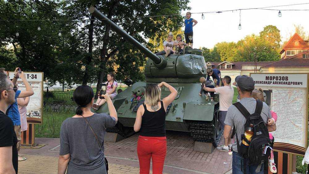 Легендарный танк добавил популярности скверу Морозова в Брянске