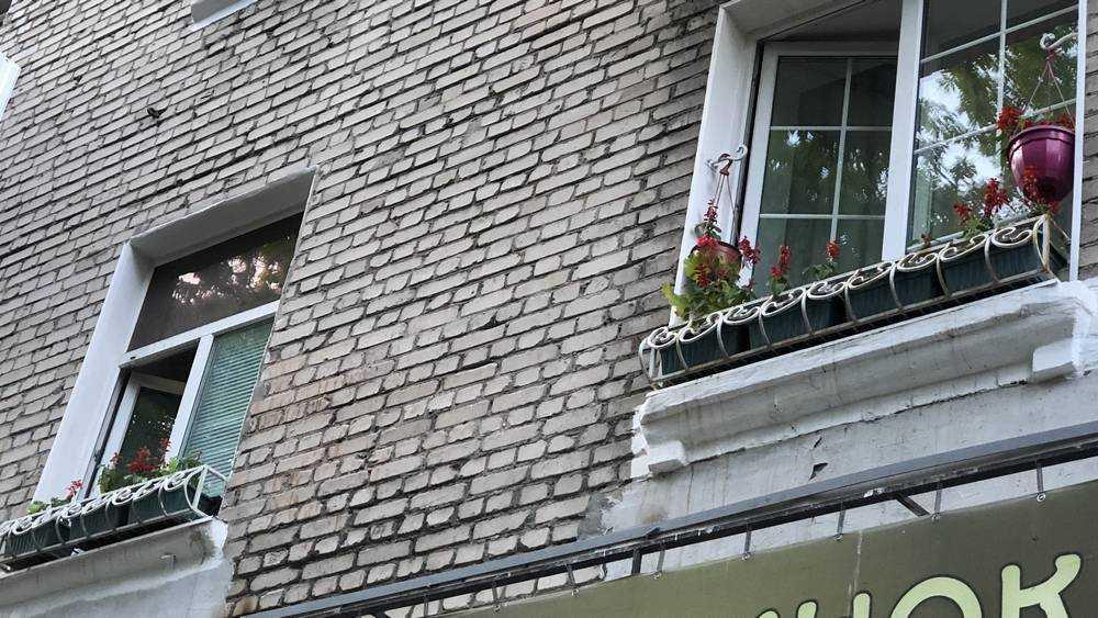 Жители Брянска ударили цветами по серости
