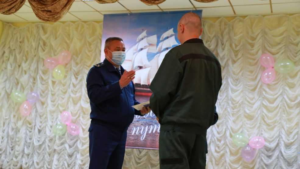 Брянский прокурор вручил в колонии аттестаты заключенным