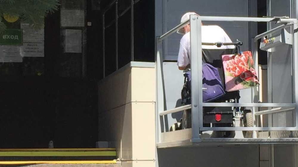 Возле поликлиники Брянска колясочник застрял на подъёмнике для инвалидов