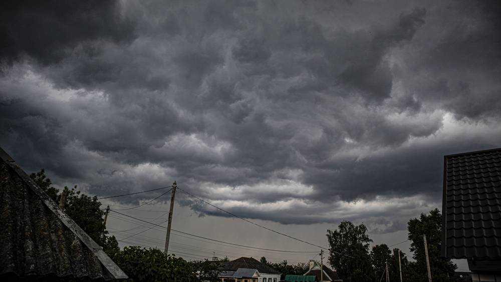 Жителей Брянска поразил вид неба перед бурей
