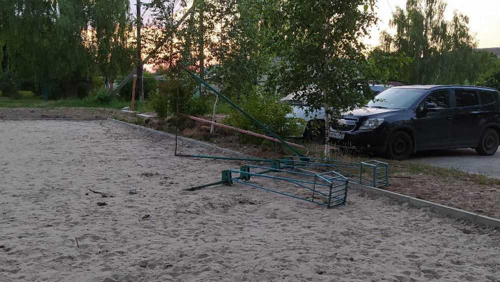 В Суземке дворовые качели упали и травмировали ребенка