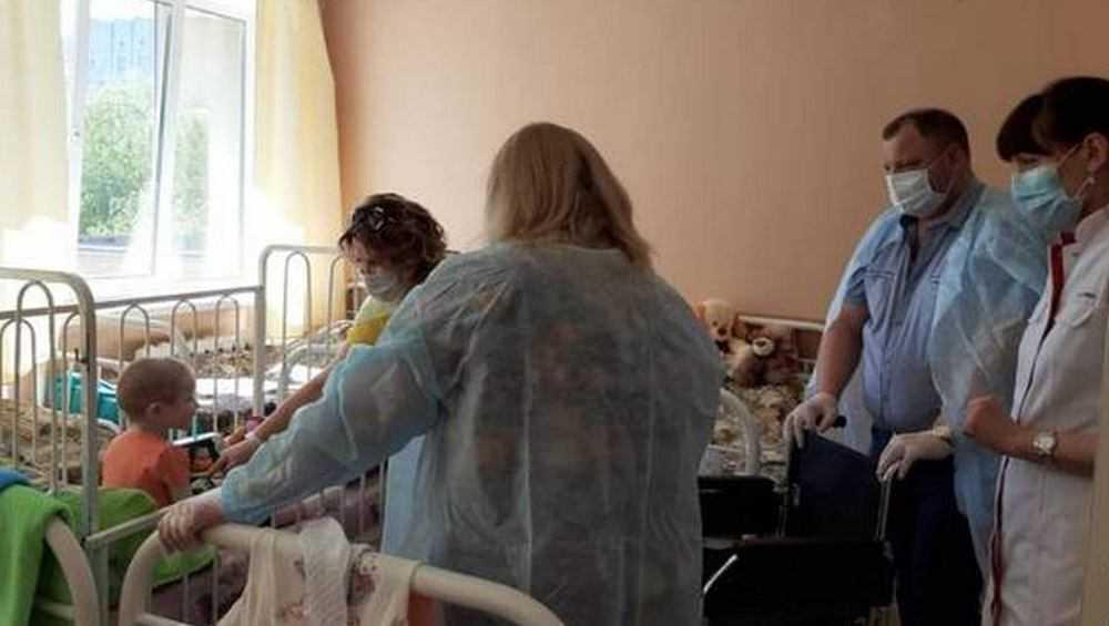Брянские чиновники подарили кресло для истощённой 7-летней девочки