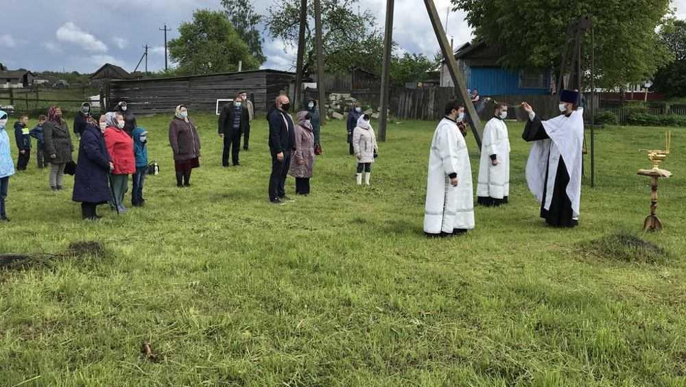 Под Карачевом на месте разрушенных храмов установили поклонные кресты