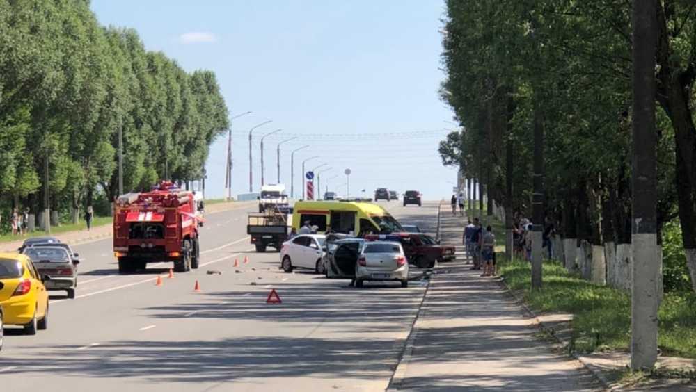 В Брянске в ДТП с тремя автомобилями ранены несколько человек