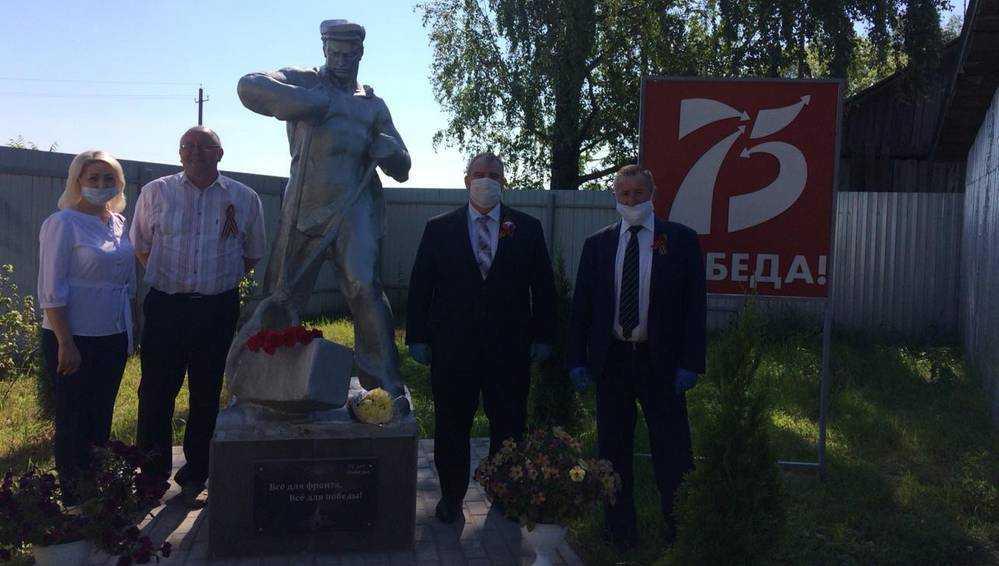В Локте открыли памятник Рабочему − кузнецу Победы