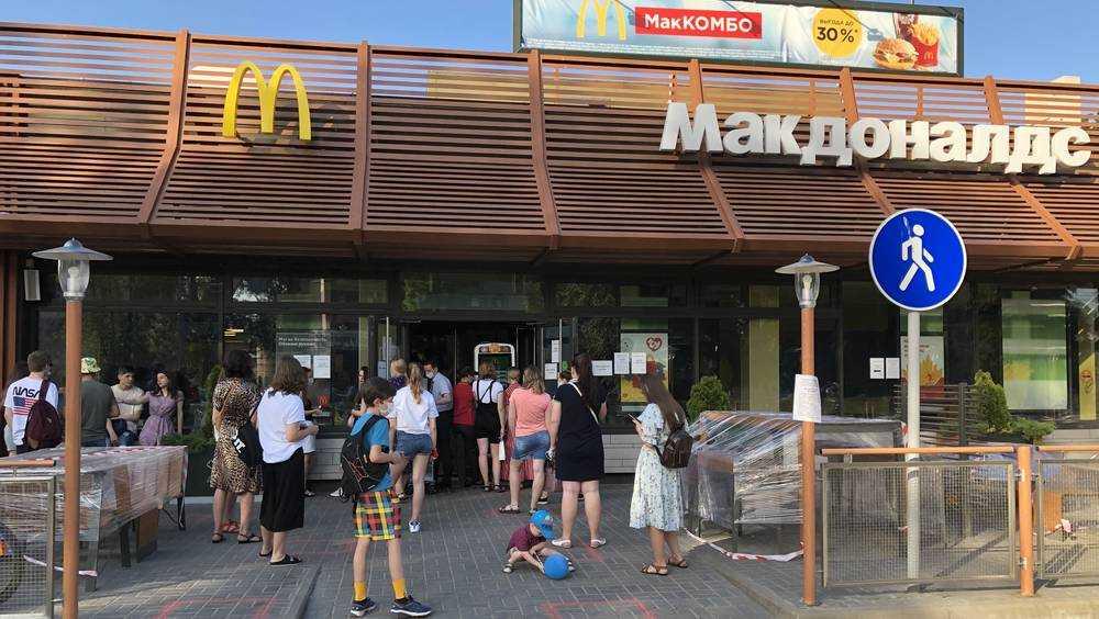 В Брянске в 30-градусный зной голодная молодежь атаковала «Макдоналдс»
