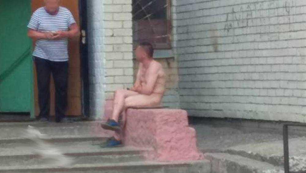 Брянцев удивил голый мужчина на крыльце у подъезда