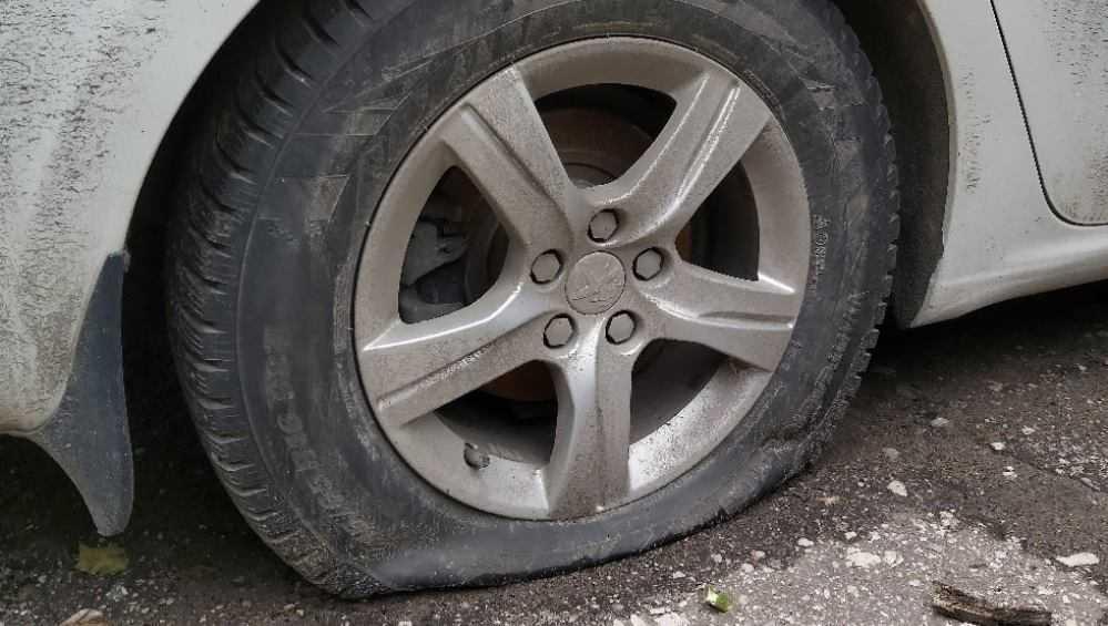 Житель Брянска спустил колесо автомобиля соседа и отомстил свидетельнице