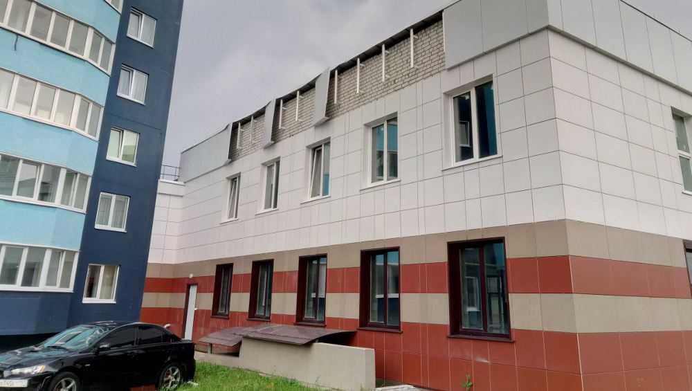 В Брянске от сильного ливня посыпалась облицовка элитного здания