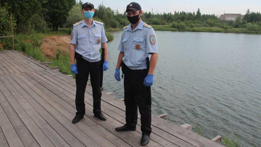 Брянские полицейские спасли тонувшего в озере мужчину