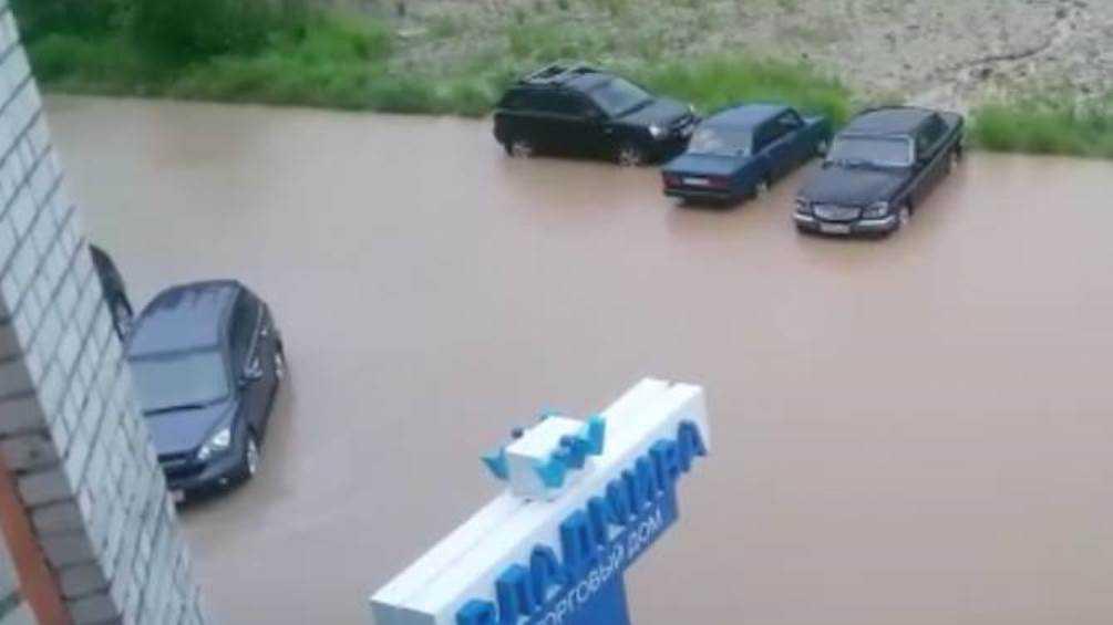 В Брянске из-за ливня ушли под воду дворы и огороды