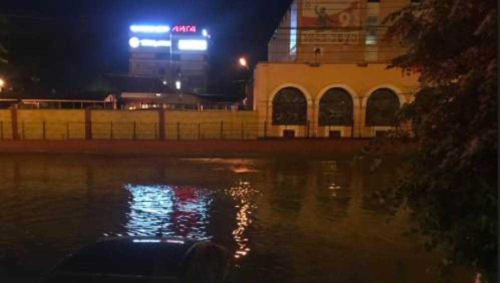 Возле Бежицкого рынка в Брянске после ливня затопило дорогу
